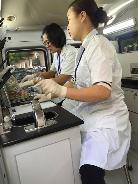 Xét nghiệm nhanh thực phẩm lấy mẫu tại nhà hàng trên xe kiểm nghiệm nhanh thực phẩm