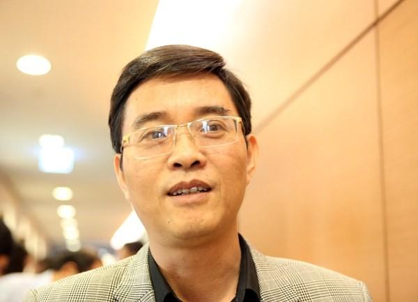 TS Hoàng Quang Hàm trao đổi với báo chí tại Quốc hội