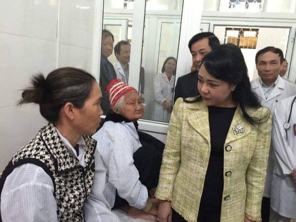 Bộ trưởng Bộ Y tế Nguyễn Thị Kim Tiến chứng kiến cảnh bệnh nhân nằm ghép