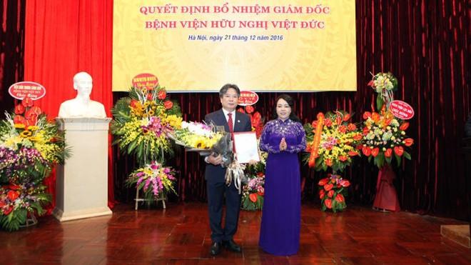Giám đốc Bệnh viện Việt Đức cho GS.TS Trần Bình Giang