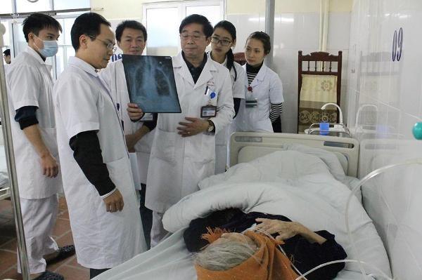 Kíp bác sĩ trực cấp cứu bệnh nhân tại Khoa cấp cứu - Bệnh viện E