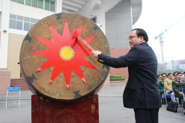 Bí thư Thành ủy Hà Nội Hoàng Trung Hải đánh trống tòng quân tại buổi lễ.
