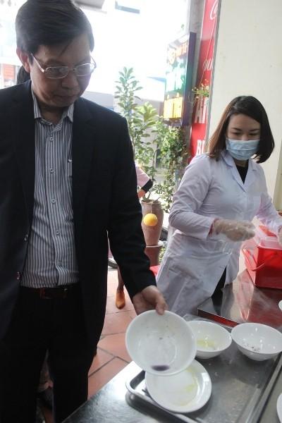 Đoàn làm test nhanh, phát hiện nhiều mẫu bát của cửa hàng ăn uống rửa còn bẩn