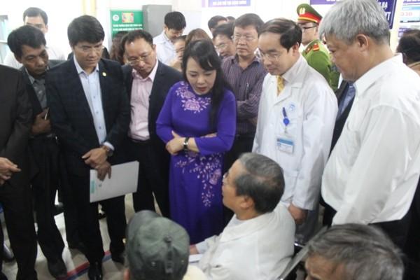 Bộ trưởng Bộ Y tế Nguyễn Thị Kim Tiến trò chuyện, lắng nghe ý kiến phản ánh