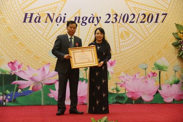 Bộ trưởng Bộ Y tế Nguyễn Thị Kim Tiến thay mặt Chủ tịch nước trao tặng Huân chương Lao động hạng Ba của Nhà nước cho 1 cá nhân ngành y tế Hà Nội