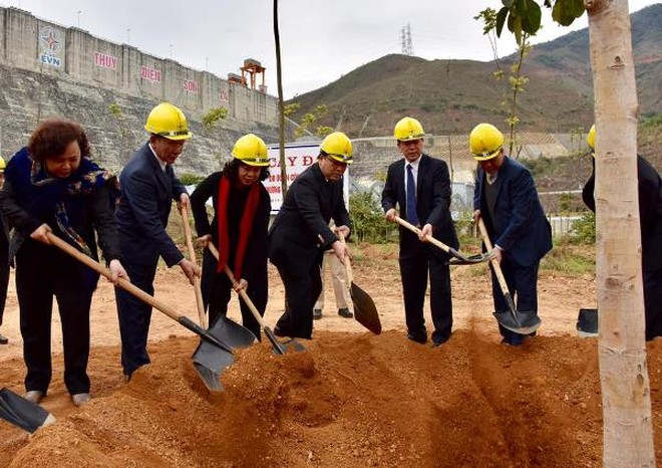Đoàn công tác thành phố Hà Nội trồng cây lưu niệm tại Nhà máy thủy điện Sơn La