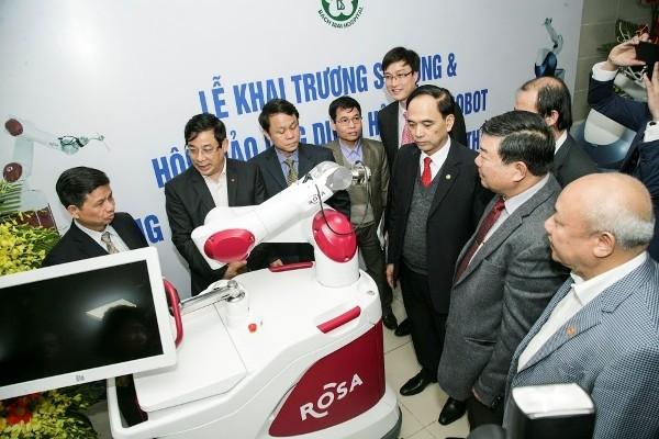 Hệ thống robot phẫu thuật Mako và Rosa được Bệnh viện Bạch Mai ứng dụng