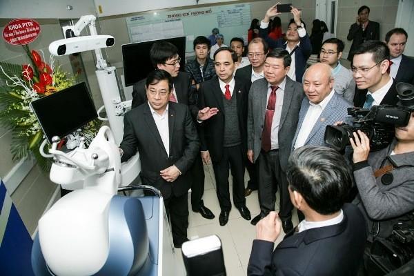 Bệnh viện Bạch Mai là bệnh viện đầu tiên cả nước dùng robot phẫu thuật khớp gối, thần kinh