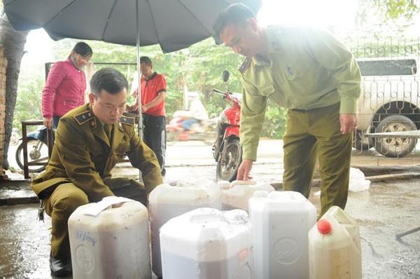Cơ quan chức năng ở quận Nam Từ Liêm thu giữ hàng trăm lít rượu không rõ nguồn gốc