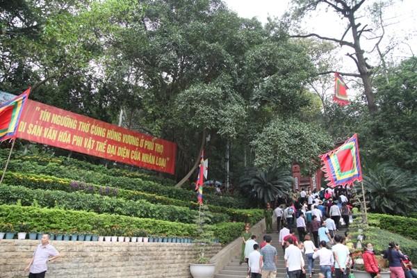 Trước ngày Giỗ tổ Hùng Vương, rất đông người dân về dâng hương