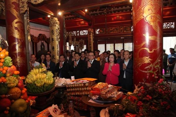Đoàn dâng hương tại Đền Thượng
