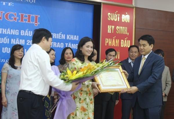 Chủ tịch UBND TP Hà Nội Nguyễn Đức Chung cùng Thứ trưởng Bộ Y tế Nguyễn Viết Tiến