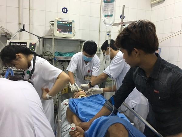 Các bác sĩ đang khẩn trương cấp cứu một bệnh nhân bị tai nạn giao thông