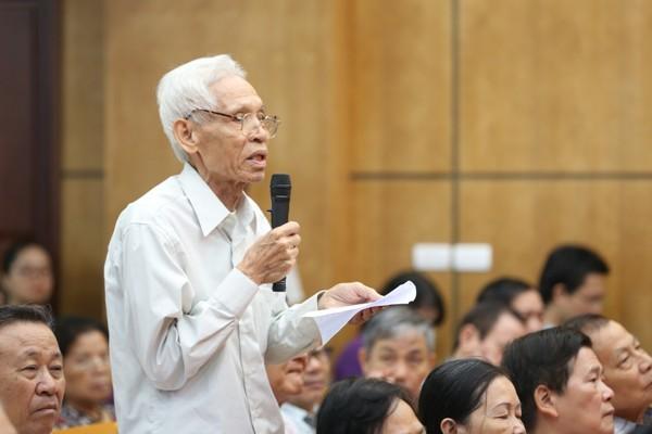 Cử tri Trần Viết Hoàn, quận Ba Đình phát biểu tại cuộc tiếp xúc cử tri