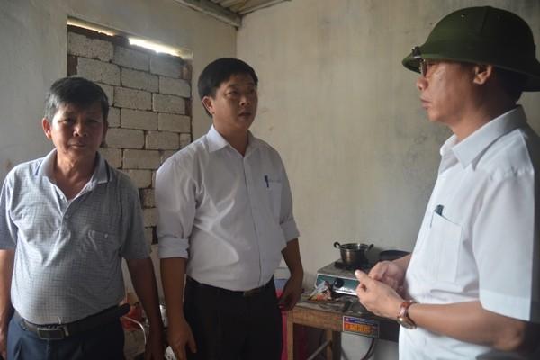 Giám đốc Sở Y tế Nguyễn Khắc Hiền (đội mũ) về kiểm tra công tác phòng bệnh,