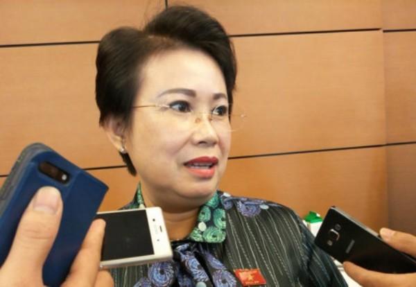 ĐBQH Phan Thị Mỹ Thanh trả lời báo chí bên hành lang Quốc hội sáng 24-10