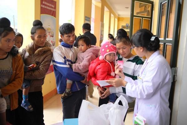 Các bác sĩ BV Nhi Trung ương khám, phát thuốc miễn phí cho trẻ em tại Trạm Tấu