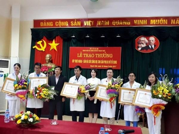 Đại diện Bộ Y tế trao Bằng khen của Bộ trưởng Bộ Y tế cho tập thể và 6 cá nhân