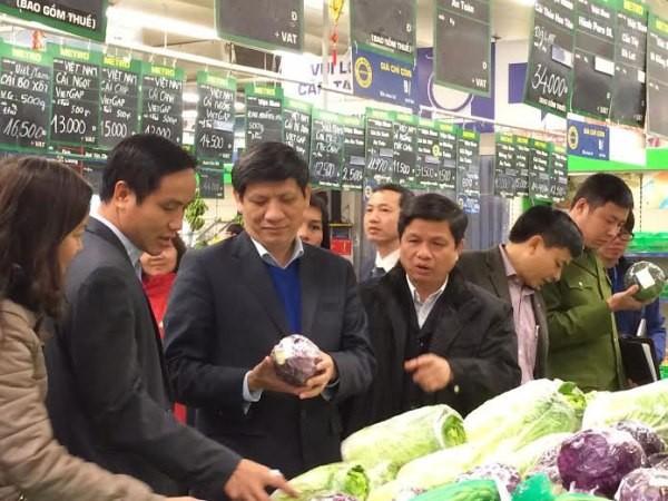 Thứ trưởng Bộ Y tế Nguyễn Thanh Long cùng đoàn thanh tra của Bộ Y tế kiểm tra ATTP