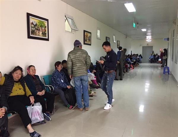Bệnh nhân, người nhà bệnh nhân xếp hàng chờ tới lượt xạ trị tại Bệnh viện K