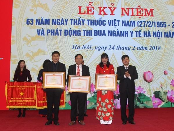 Phó Chủ tịch UBND TP Hà Nội Ngô Văn Quý trao Bằng khen của Thủ tướng Chính phủ cho các tập thể, cá nhân của ngành y tế Hà Nội