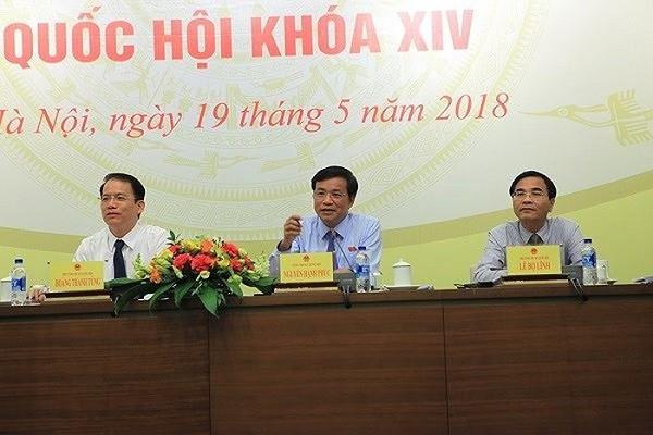 Phó Tổng Thư ký Quốc hội - Phó Chủ nhiệm Ủy ban Pháp luật của Quốc hội Hoàng Thanh Tùng (ngoài cùng bên trái) tại buổi họp báo trước kỳ họp thứ 5