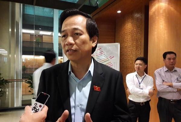 Bộ trưởng Bộ LĐ-TB&XH Đào Ngọc Dung trả lời báo chí bên hành lang Quốc hội