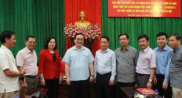 Bí thư Thành ủy Hà Nội Hoàng Trung Hải chụp ảnh chung với các nhà báo