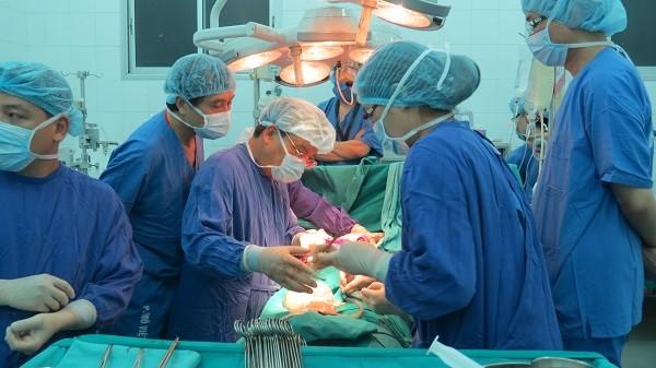 Một kíp phẫu thuật lấy tạng từ người cho chết não
