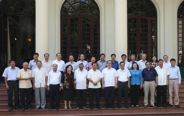 Các đại biểu dự hội nghị chụp ảnh chung