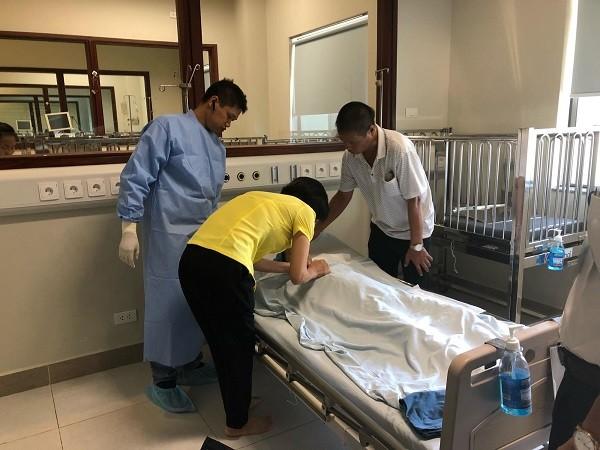 Các cán bộ Ngân hàng Mắt lấy giác mạc của bé Vân Nhi sau khi bé qua đời