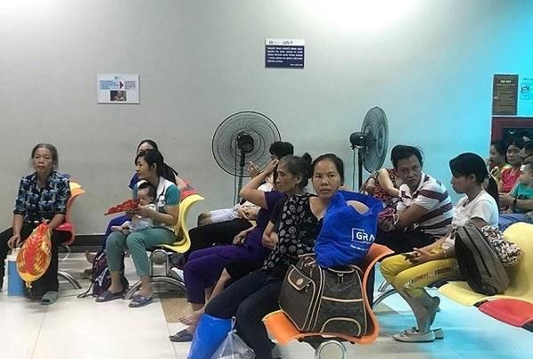 Bệnh nhân ùn ùn nhập viện do sốc nhiệt, bệnh viện căng mình xử trí ảnh 2