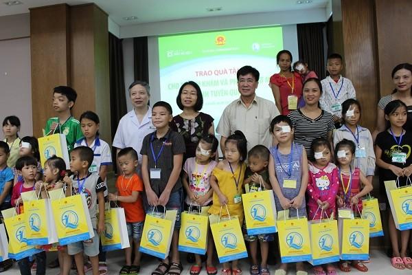 Tặng quà cho các trẻ em ở Tuyên Quang được khám, phẫu thuật mắt miễn phí