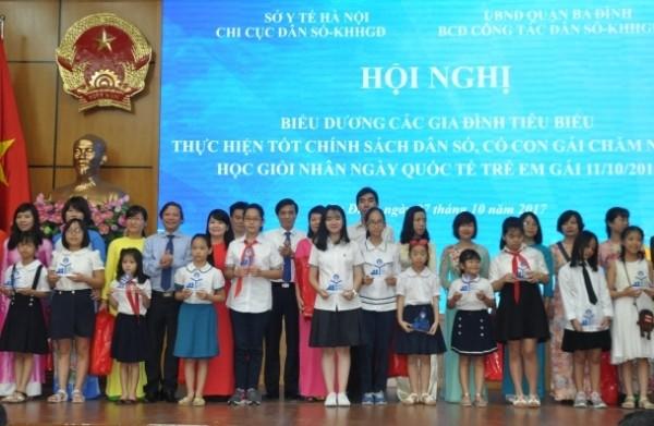 Một buổi lễ biểu dương các gia đình sinh con một bề là gái tiêu biểu, thực hiện tốt chính sách DS-KHHGĐ ở Hà Nội