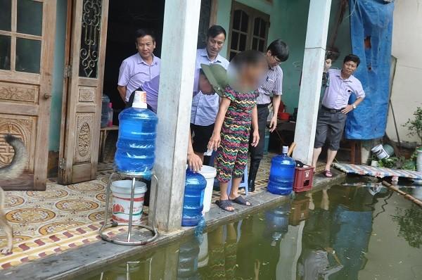 Kiểm tra công tác đảm bảo nước sạch và ATTP cho người dân vùng ngập úng