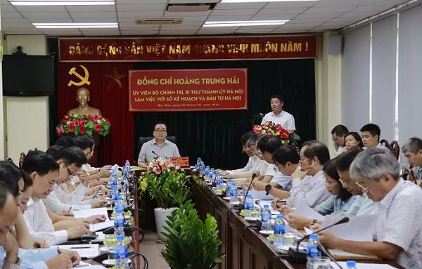 Giám đốc Sở KH&ĐT Hà Nội Nguyễn Mạnh Quyền báo cáo tại buổi làm việc