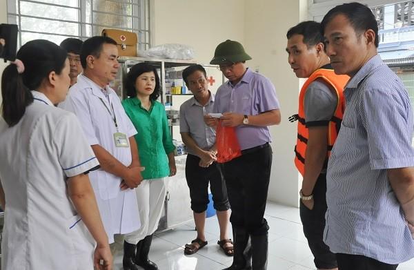 Giám đốc Sở Y tế Hà Nội Nguyễn Khắc Hiền kiểm tra công tác đáp ứng y tế ở vùng ngập úng Chương Mỹ