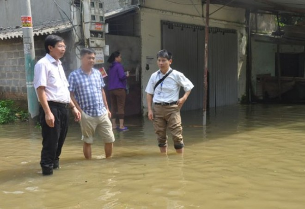 Phó Giám đốc Sở Y tế Hà Nội Trần Văn Chung kiểm tra công tác đáp ứng y tế tại vùng ngập úng huyện Chương Mỹ