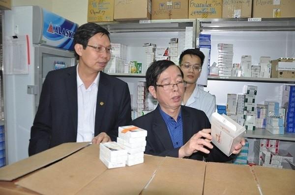 Đoàn kiểm tra của Sở Y tế Hà Nội kiểm tra một nhà thuốc tư nhân