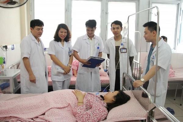 Bác sĩ Bệnh viện Phụ sản Hà Nội chăm sóc cho bệnh nhân đến sinh đẻ