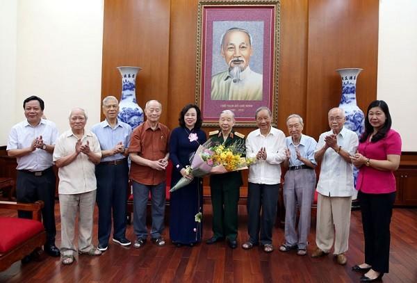 Phó Bí thư Thường trực Thành ủy Ngô Thị Thanh Hằng gặp mặt đại diện Ban liên lạc các chiến sĩ Việt Minh thành Hoàng Diệu
