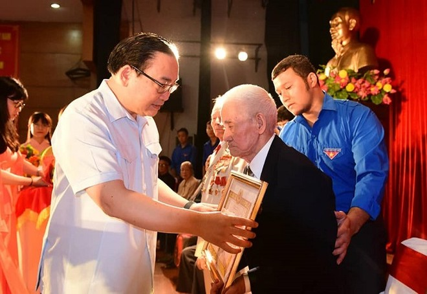 Bí thư Thành ủy Hoàng Trung Hải trao Huy hiệu Đảng tại quận Hai Bà Trưng