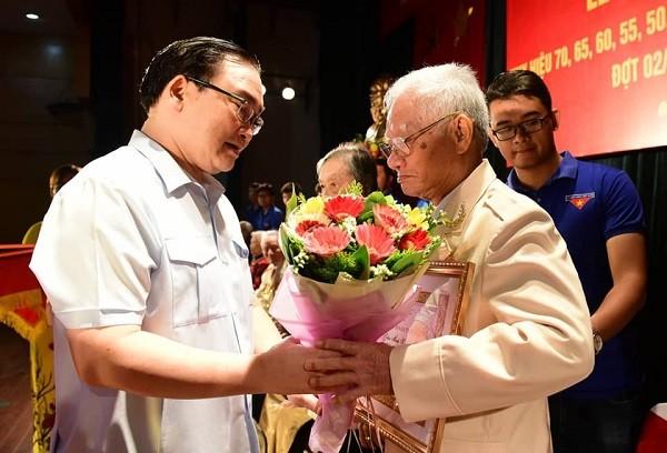 Đợt này, quận Hai Bà Trưng có 29 đảng viên được nhận Huy hiệu 70 năm tuổi đảng
