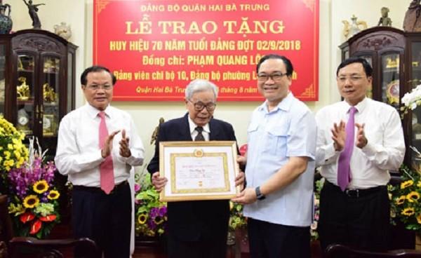 Bí thư Thành ủy Hà Nội Hoàng Trung Hải trao Huy hiệu 70 năm tuổi đảng cho đồng chí Phạm Quang Lộc