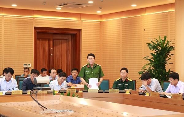 Đại tá Nguyễn Văn Viện, Phó Giám đốc CATP Hà Nội báo cáo về công tác đảm bảo an ninh chính trị, TTATXH tại cuộc họp