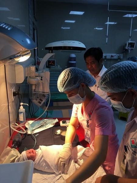 Cháu bé sau khi chào đời được chăm sóc đặc biệt (Ảnh: BVĐK Hùng Vương)
