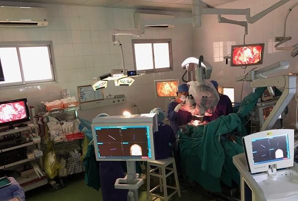 Ca phẫu thuật tiến hành phẫu thuật khối u thân não cho bệnh nhi T.