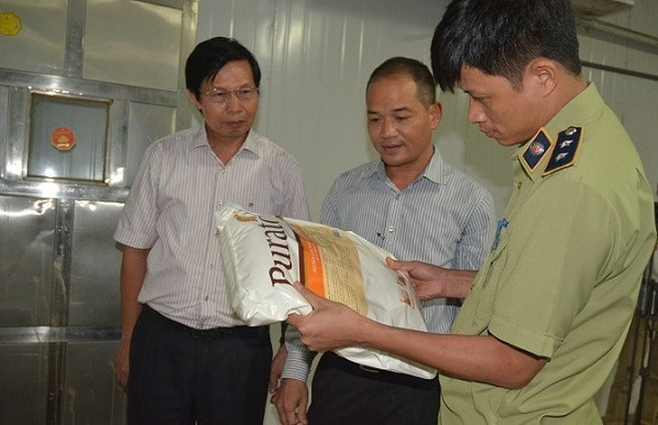 Kiểm tra kho nguyên liệu của một cơ sở sản xuất bánh trung thu ở Hà Nội