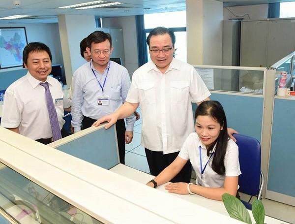 Bí thư Thành ủy Hà Nội Hoàng Trung Hải thăm Cổng giao tiếp điện tử Hà Nội