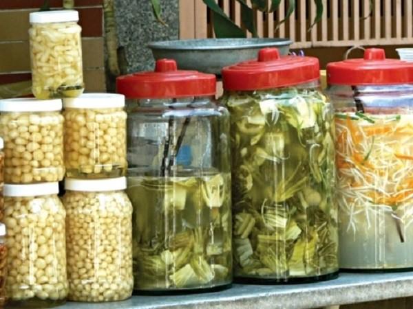 Thói quen ăn quá nhiều thực phẩm lên men như dưa, cà muối làm tăng nguy cơ mắc ung thư